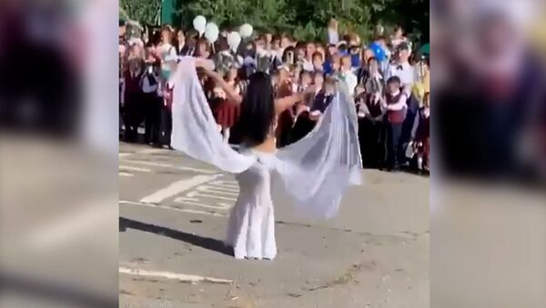 В хабаровской школе №76 учитель исполнила танец живота перед детьми на линейке, посвящённой 1 сентября. - Sputnik Армения