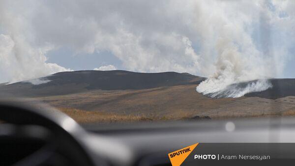 Вид из машины на горящую траву в приграничном армянском селе Кут - Sputnik Արմենիա