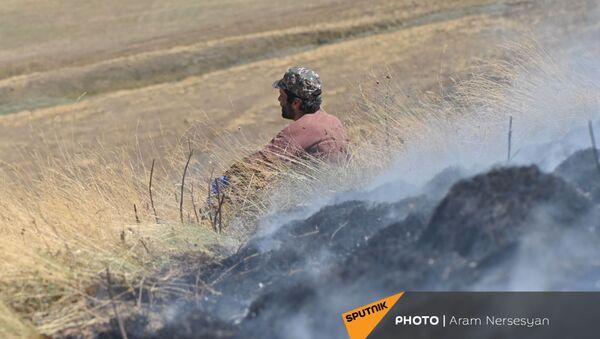 Житель приграничного села Кут после борьбы с огнем - Sputnik Армения