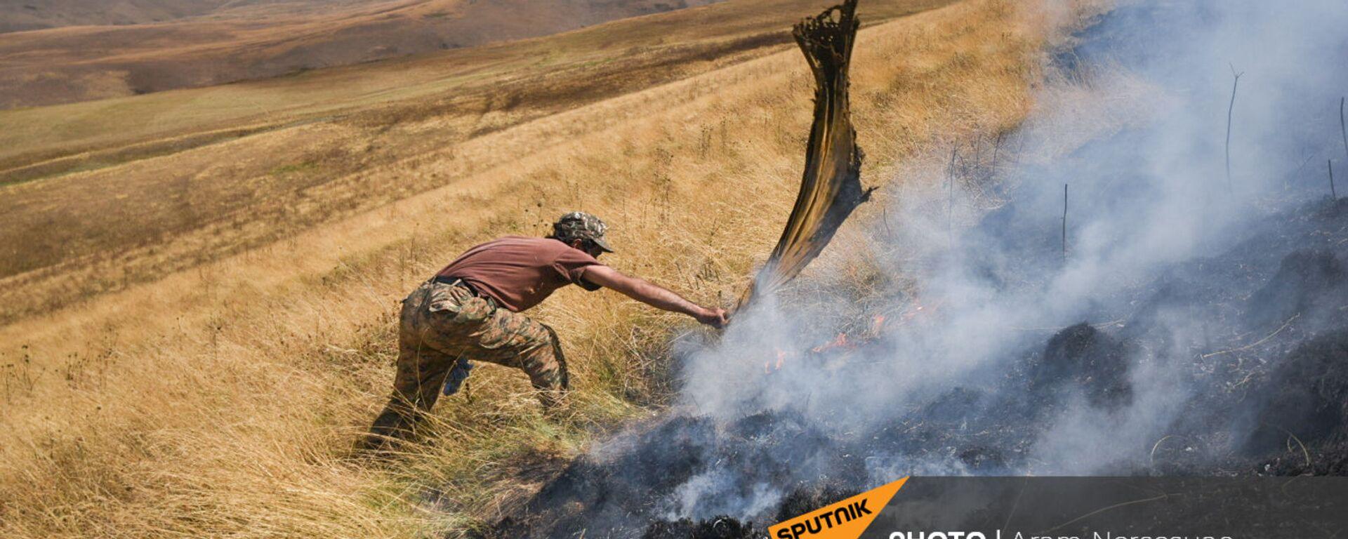 Житель приграничного села Кут во время борьбы с огнем - Sputnik Армения, 1920, 02.09.2021