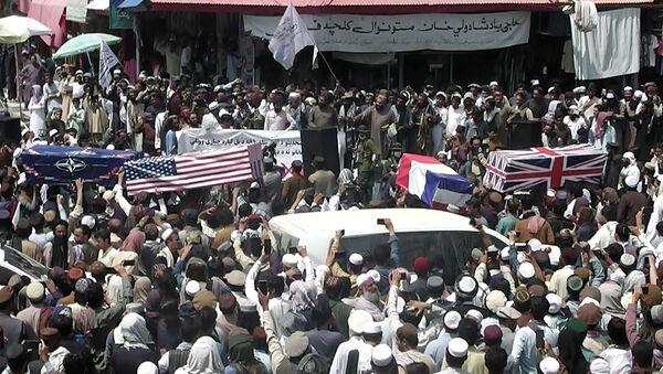 Толпа несет самодельные гробы, задрапированные флагами НАТО, США, Великобритании и Франции во время похорон (31 августа 2021). Афганистан - Sputnik Армения