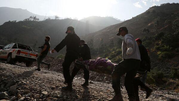 Спасатели работают на месте аварии автобуса в Матукане, Перу - Sputnik Армения