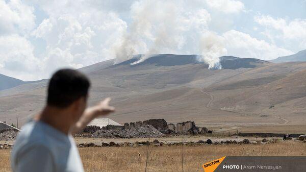 Вид на горящую траву в приграничном армянском селе Кут - Sputnik Արմենիա