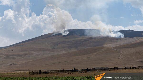 Вид на горящую траву в приграничном армянском селе Кут - Sputnik Армения
