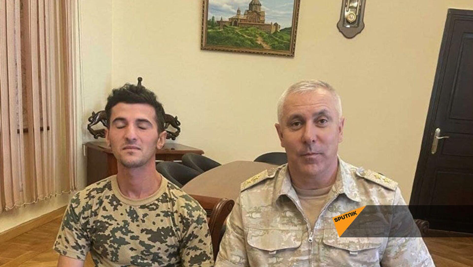 Командующий российским миротворческим контингентом в Карабахе генерал-лейтенант Рустам Мурадов посетил арестованного азербайджанского военнослужащего Джамиля Бабаева - Sputnik Армения, 1920, 03.09.2021