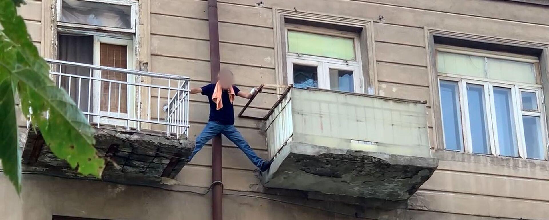 Ինքնասպանության փորձ Երևանում. տղամարդը սպառնում է ցած նետվել պատշգամբից - Sputnik Արմենիա, 1920, 03.09.2021