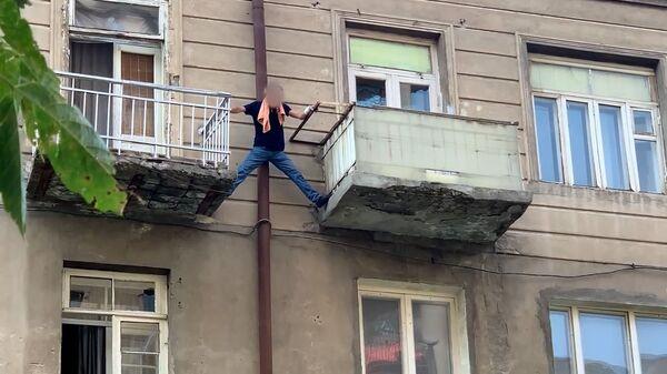 Ինքնասպանության փորձ Երևանում. տղամարդը սպառնում է ցած նետվել պատշգամբից - Sputnik Армения