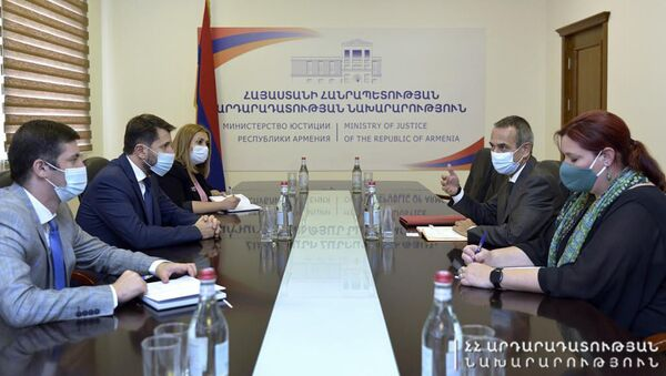 Министр юстиции Карен Андреасян встретился с руководителем делегации Международного Комитета Красного Креста (МККК) в Армении Тьерри Рибо (3 сентября 2021). Еревaн - Sputnik Армения