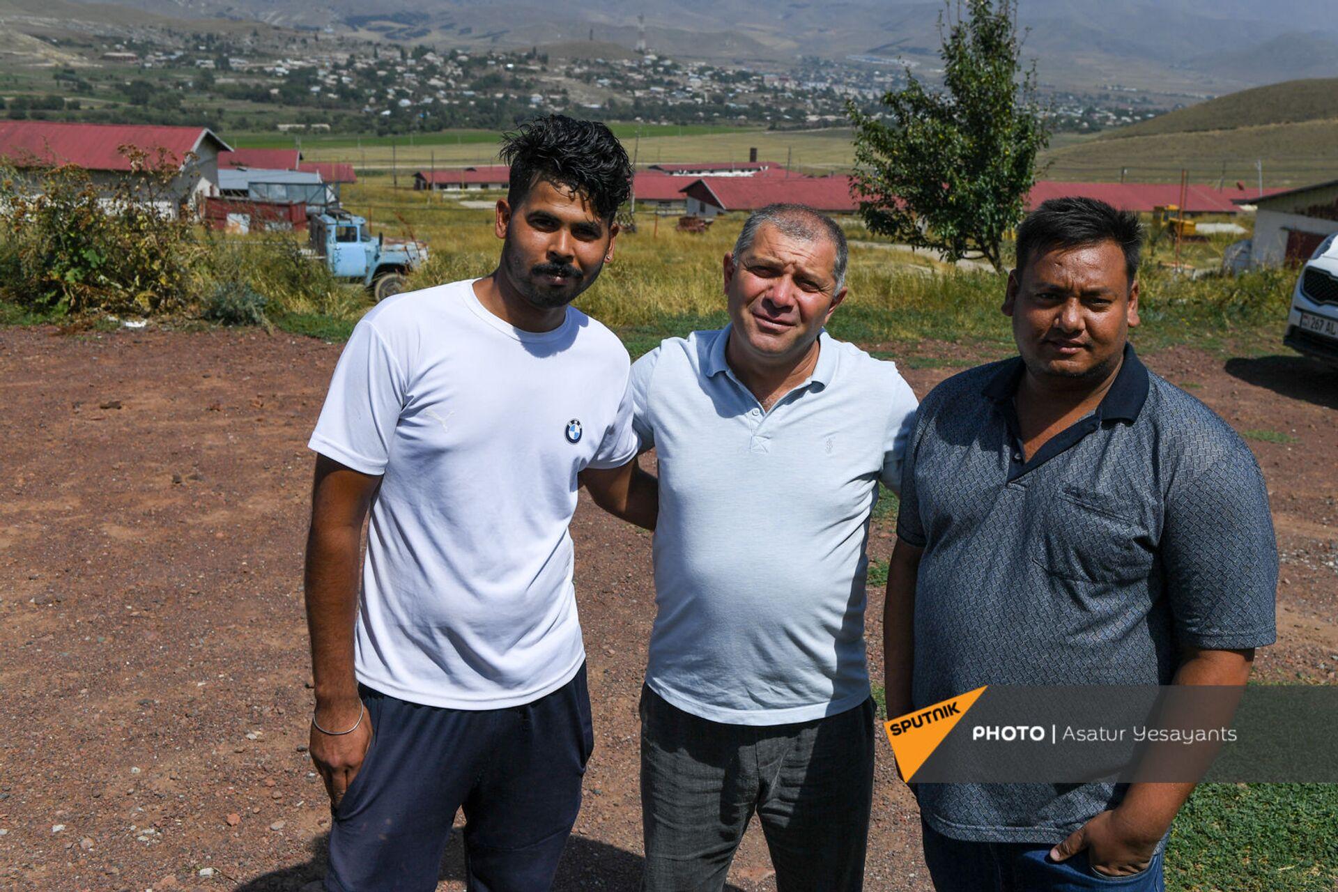 24-летний Кака, директор компании Агрохолдинг Сасун Асатрян и 26-летний Шаке - Sputnik Армения, 1920, 14.09.2021