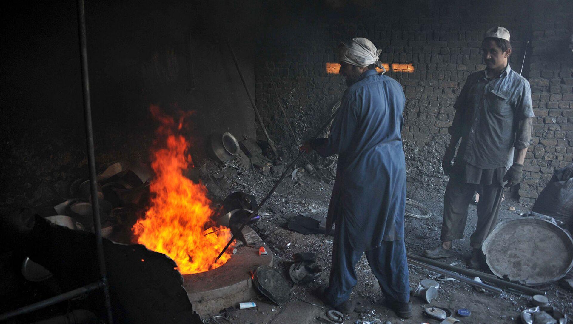 Афганские рабочие алюминиевого завода, который производит кастрюли на окраине Джелалабада, Афганистан - Sputnik Армения, 1920, 04.09.2021