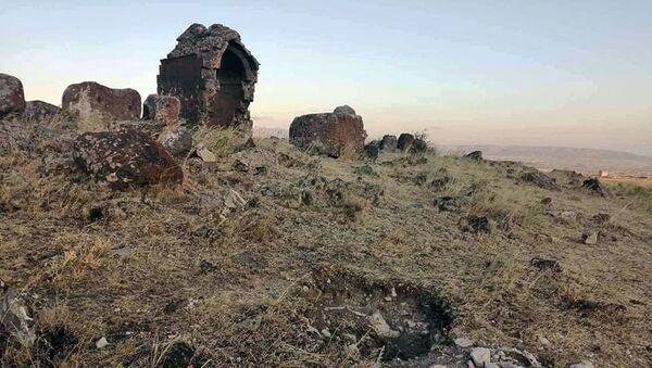 Территория памятника Зоравару (Сурб Теодорос) в общине Зораван Котайкской области - Sputnik Армения