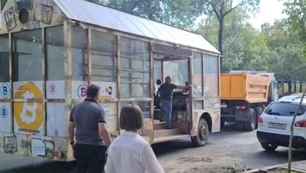 Տարհանվեց քաղաքի կենտրոնում ամիսներ շարունակ կայանված ավտոբուսը - Sputnik Армения