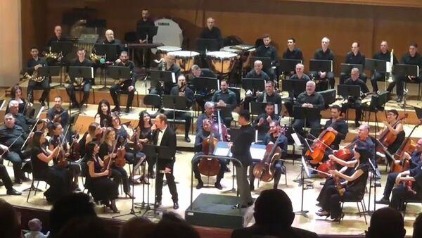 Артур Агаджанов на концерте, посвященном 100-летию Арно Бабаджаняна и 874-летию Москвы, сделал предложение своей девушке - Sputnik Армения