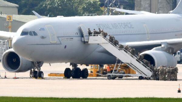 Члены Британской армии садятся на борт аэробуса Королевских ВВС KC2 Voyager - Sputnik Армения