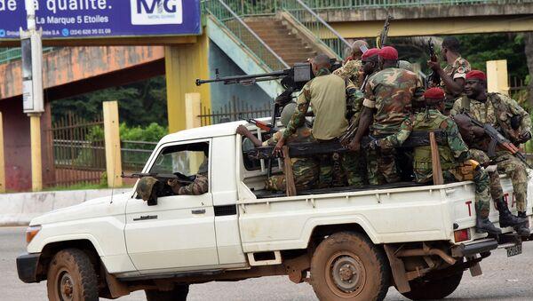 Военнослужащие Вооруженных сил Гвинеи проезжают через центральный район Калум в Конакри после того, как была слышна непрерывная стрельба (5 сентября 2021). Гвинея - Sputnik Արմենիա