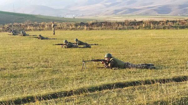 Армянские военнослужащие во время практических занятий - Sputnik Армения
