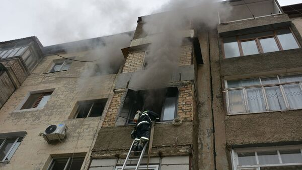 Сотрудники ГСЧС МВД Карабаха тушат пожар в Степанакерте - Sputnik Արմենիա
