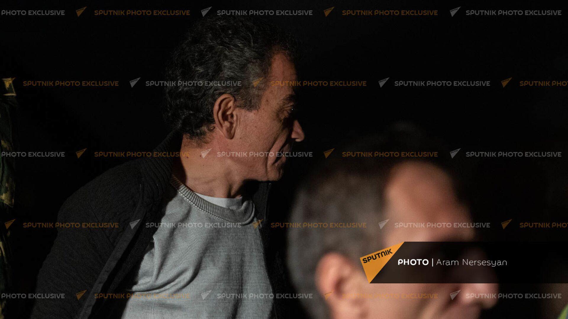 Вернувшиеся на родину военнопленные Артур Айкович Налбандян и Арамаис Грантович Торозян спускаются по трапу самолета в аэропорту Эребуни - Sputnik Արմենիա, 1920, 08.09.2021