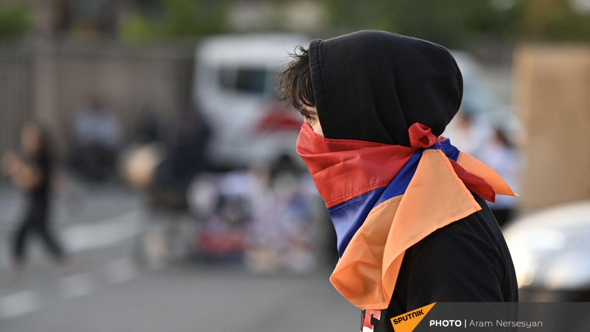Болельщик с флагом вместо маски перед матчем Армения - Лихтенштейн (8 сентября 2021). Еревaн - Sputnik Армения, 1920, 21.09.2021