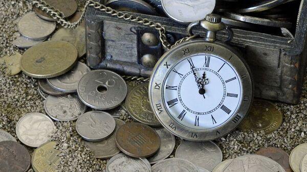 Монеты и часы в сундучке - Sputnik Армения