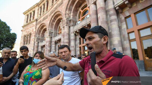 Беженец из Гадрута Тигран Мовсисян на акции протеста кашатагцев и гадруцев перед Домом правительства (9 сентября 2021). Еревaн - Sputnik Армения