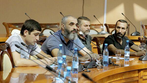 Министр обороны Аршак Карапетян встретился с родственниками пропавших без вести военнослужащих и добровольцев (9 сентября 2021). Еревaн - Sputnik Արմենիա