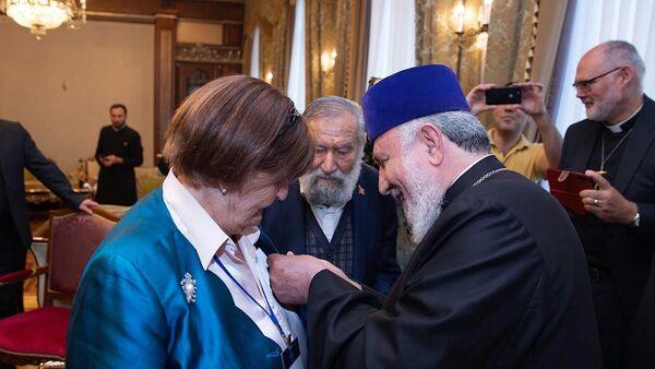 Католикос Гарегин II наградил баронессу Каролину Кокс  орденом Св. Саак-Св. Месроп (11 сентября 2021). Эчмиадзин - Sputnik Արմենիա