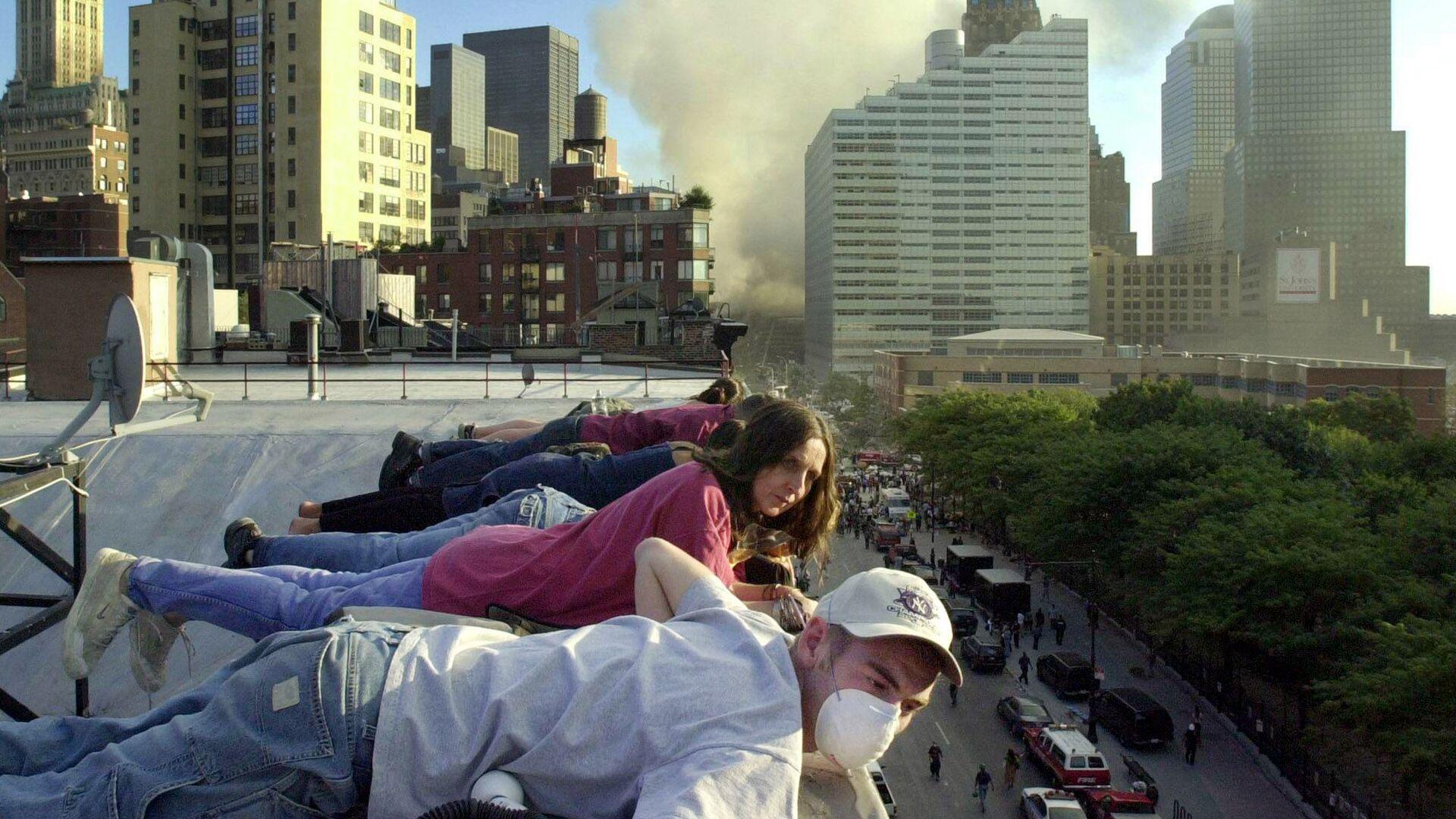 Люди на крыше дома во время теракта в Нью-Йорке  - Sputnik Արմենիա, 1920, 28.09.2021
