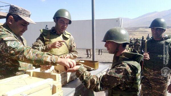Армянские военнослужащие на занятиях по боевой подготовке - Sputnik Армения