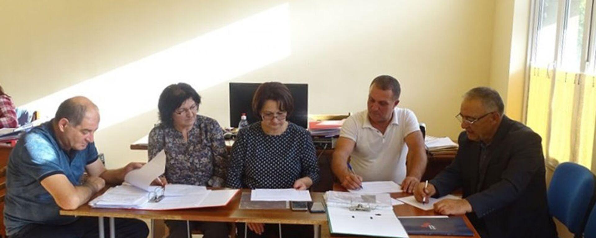 Члены избирательной комиссии в Сюнике за работой - Sputnik Армения, 1920, 12.09.2021