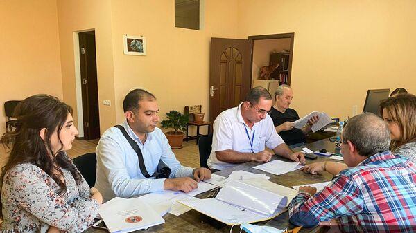 Члены местной избирательной комиссии №31 проверяют документы кандидатов - Sputnik Армения