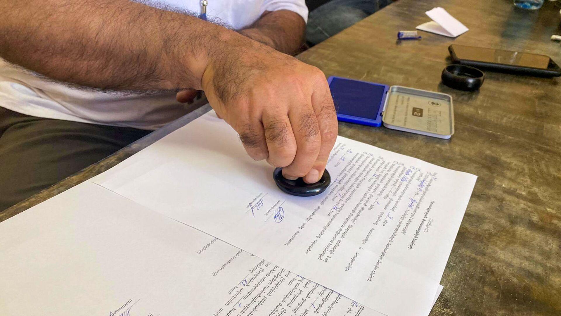 Члены местной избирательной комиссии №31 проверяют документы кандидатов - Sputnik Արմենիա, 1920, 18.09.2021
