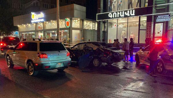 Дорожно-транспортное происшествие на улице Башинджагяна (12 сентября 2021). Еревaн - Sputnik Արմենիա