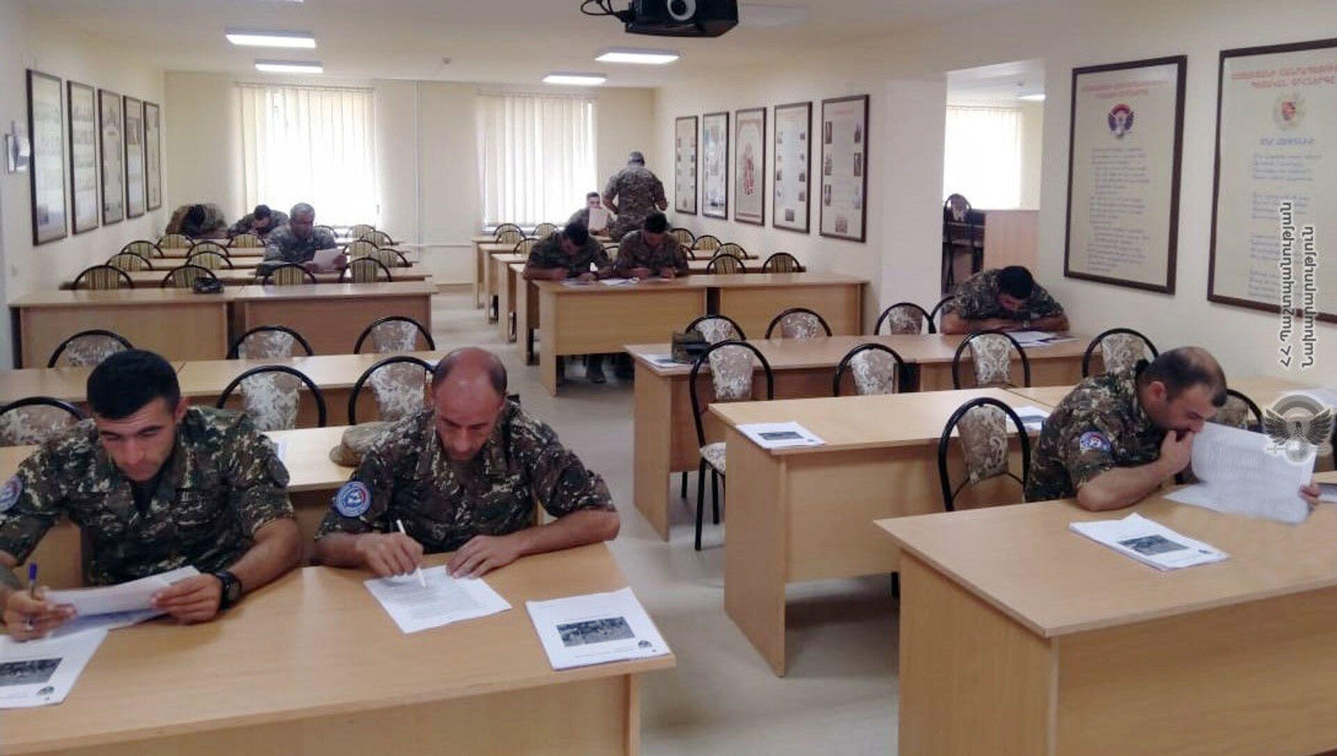 Военнослужащие миротворческой бригады Минобороны проходят курс Руководство младшими командирами, который проводит британская военно-консультативная группа подготовки в учебном центре ZAR - Sputnik Արմենիա, 1920, 13.09.2021