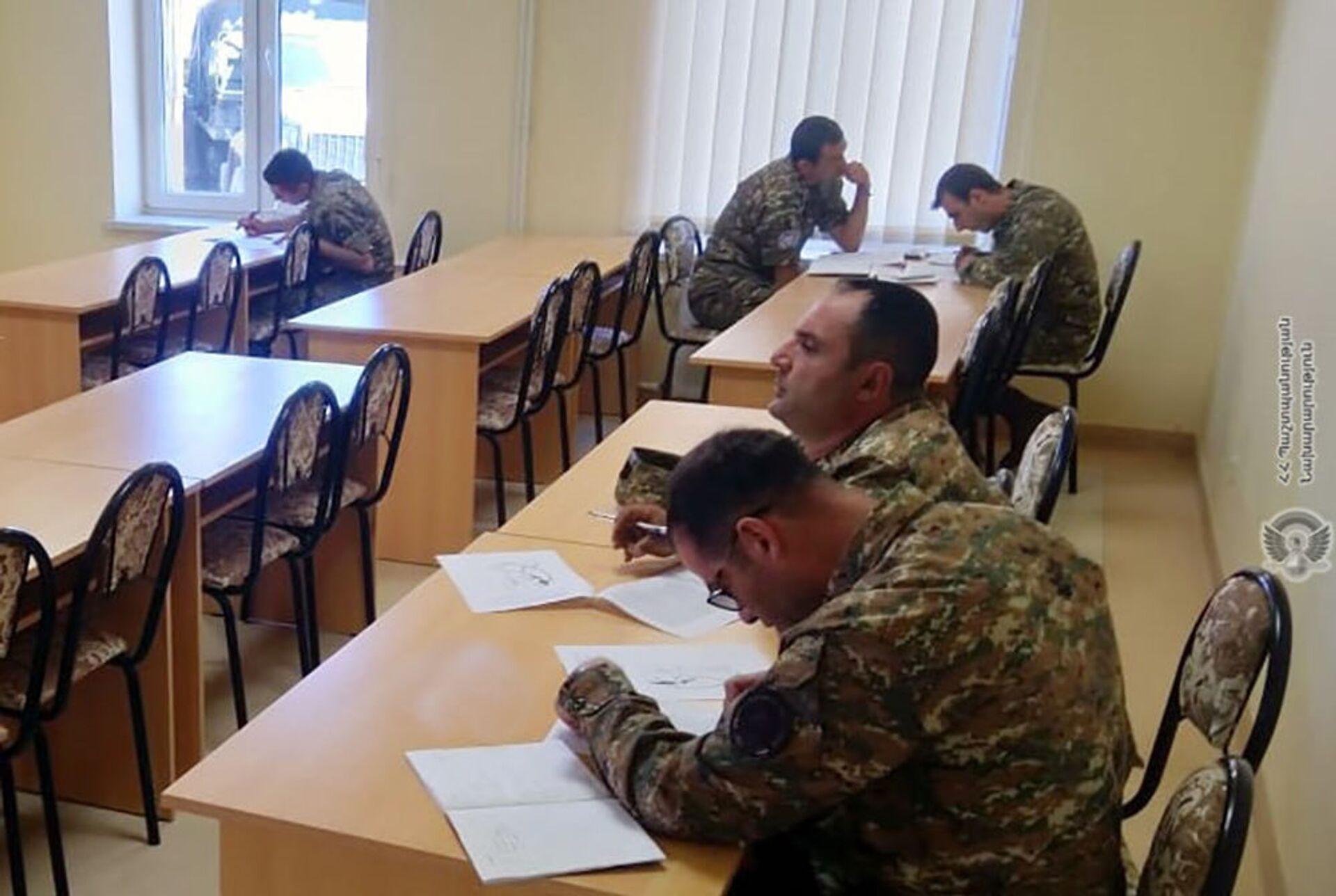 Военнослужащие миротворческой бригады Минобороны проходят курс Руководство младшими командирами, который проводит британская военно-консультативная группа подготовки в учебном центре ZAR - Sputnik Արմենիա, 1920, 14.09.2021