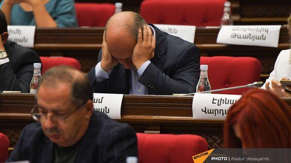 Депутат от оппозиционной фракции Айастан Гегам Назарян сидит, обхватив голову, во время заседания НС (13 сентября 2021). Еревaн - Sputnik Армения