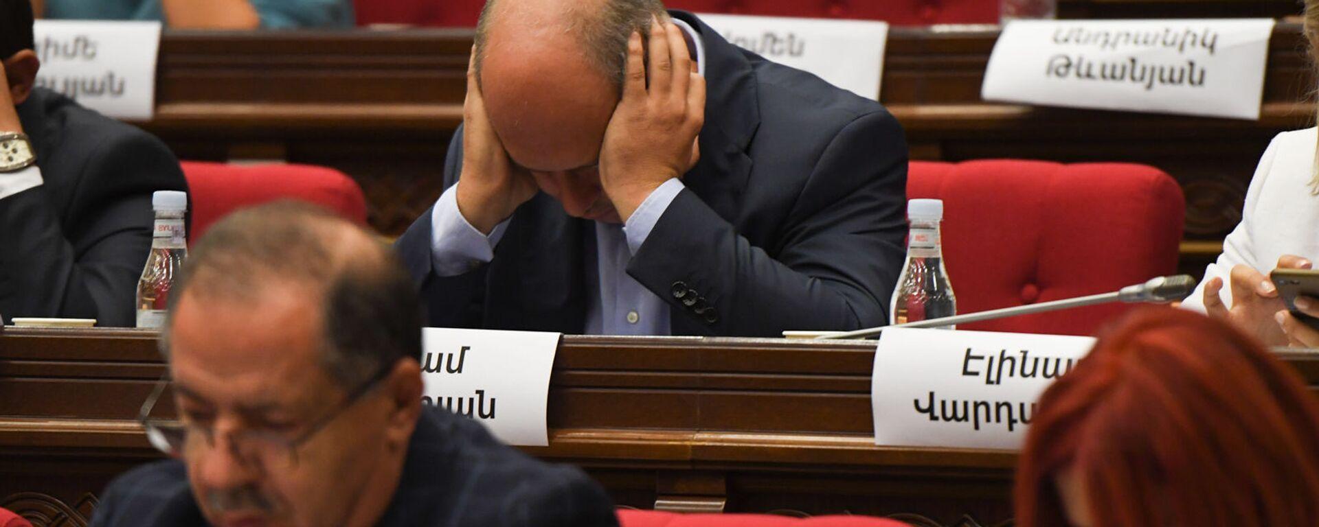 Депутат от оппозиционной фракции Айастан Гегам Назарян сидит, обхватив голову, во время заседания НС (13 сентября 2021). Еревaн - Sputnik Армения, 1920, 18.09.2021