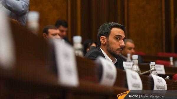 Арам Вардеванян во время заседания НС (13 сентября 2021). Еревaн - Sputnik Արմենիա