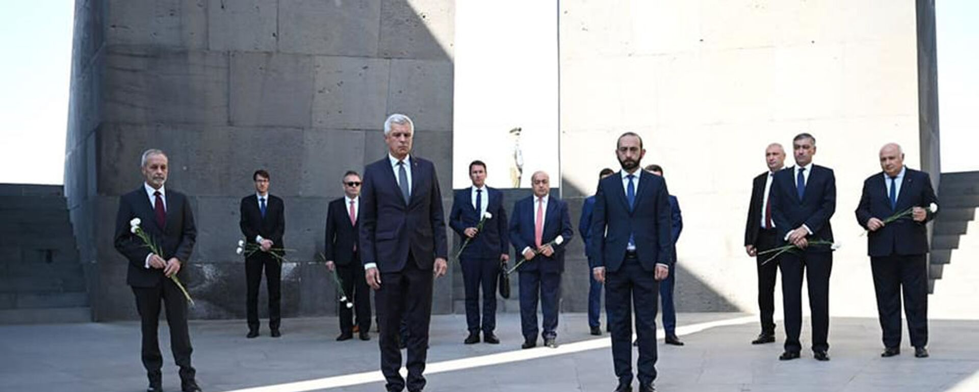 Министр иностранных дел Словакии в сопровождении армянского коллеги посетил мемориальный комплекс Геноцида армян (14 сентября 2021). Еревaн - Sputnik Արմենիա, 1920, 14.09.2021
