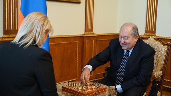 Президент Армен Саркисян встретился с международным гроссмейстером Элиной Даниелян (14 сентября 2021). Еревaн - Sputnik Армения