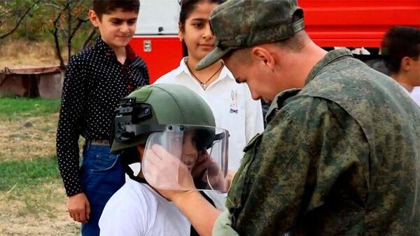 Российские миротворцы продолжают проводить Уроки Мира в учебных учреждениях Карабаха - Sputnik Армения