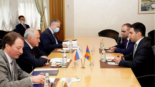 Председатель КГД Рустам Бадасян встретился с руководителем Федеральной таможенной службы РФ Владимиром Булавиным (15 сентября 2021). Еревaн - Sputnik Армения
