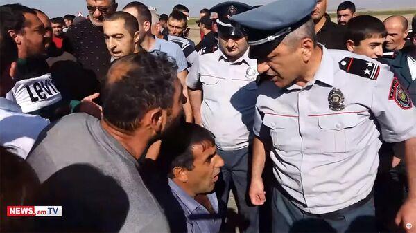 Потасовка между участниками протеста и полицией на автотрассе Сотк - Варденис  - Sputnik Армения