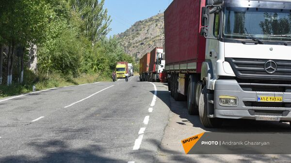 Иранские фуры на автотрассе при выезде из Гориса - Sputnik Արմենիա