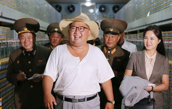 Հյուսիսային Կորեայի առաջնորդ Կիմ Չեն Ընը (կենտրոնում) կնոջ՝ Ռի Սոլ Ջուի հետ զննում է կումսանփհոյի թթվի արտադրության գործարանը Հարավային Խվանհայում - Sputnik Արմենիա