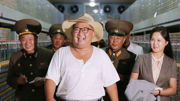 Северокорейский лидер Ким Чен Ын (в центре) осматривает фабрику по производству соленья в Кумсанпхо вместе со своей женой Ри Соль Джу в Южном Хванхэ  - Sputnik Армения