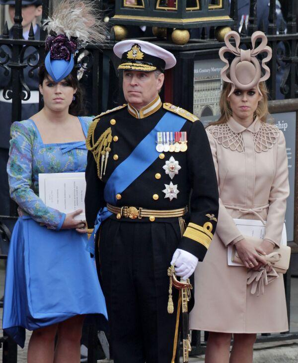 Մեծ Բրիտանիայի արքայազն Էնդրյուն և նրա դուստրերը` արքայադուստր Եվգենյան (ձախից) և Բեատրիսը թողնում են Վեսթմինսթերյան աբբայությունը թագավորական հարսանիքի ժամանակ (29 Ապրիլ 2011). Լոնդոն - Sputnik Արմենիա