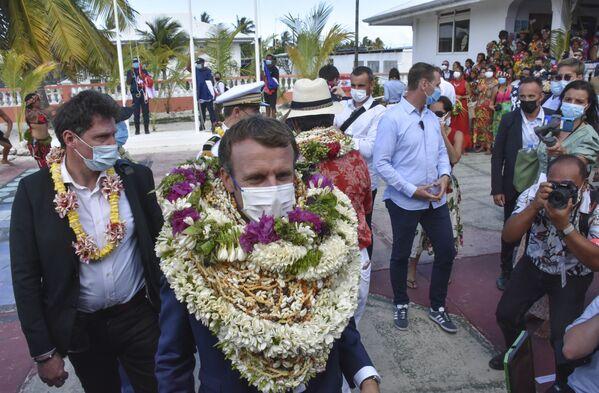 Ֆրանսիայի նախագահ Էմանուել Մակրոնը` ծաղիկներով և խեցիներով վզնոցներով - Sputnik Արմենիա
