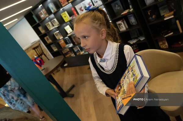 Девочка со сказками в Доме Русской книги в день его открытия (17 сентября 2021). Еревaн - Sputnik Армения