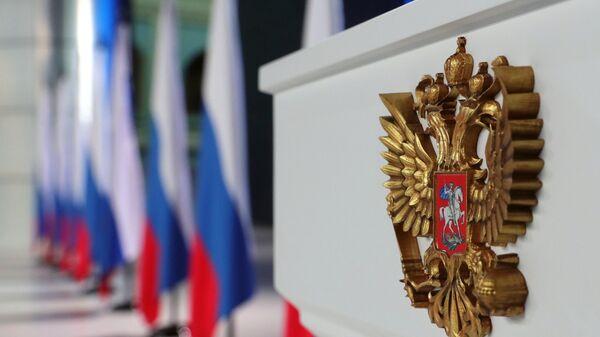 Герб РФ на трибуне в Гостином дворе  - Sputnik Армения